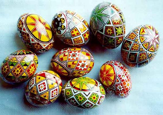 За старовинним звичаєм в цей день випікають культовий хліб фалічної форми (бабки) і красять яйця.